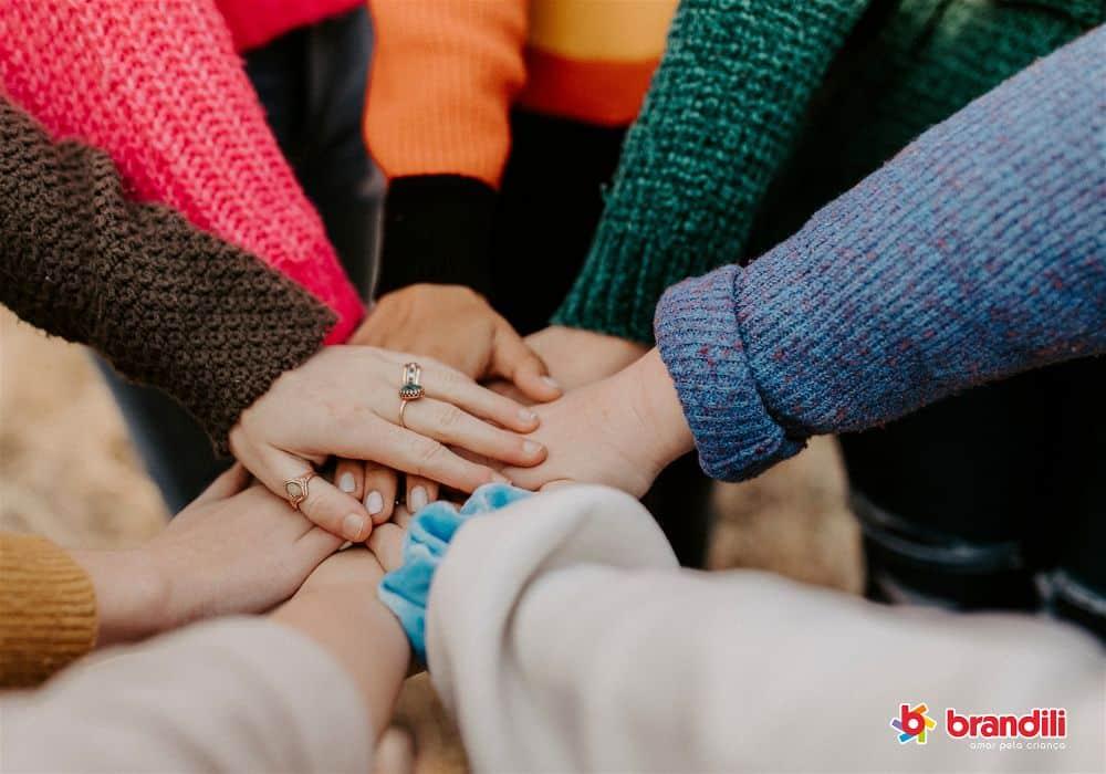 pessoas que colaboram dando as mãos