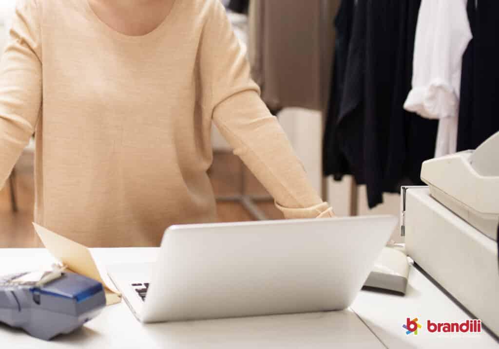 Mulher começando a se preparar para controlar as vendas corretamente